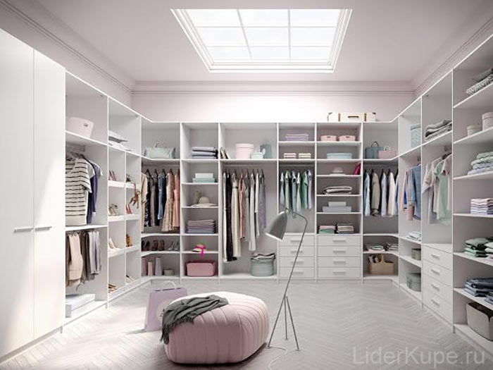 Светлая эргономичная гардеробная комната