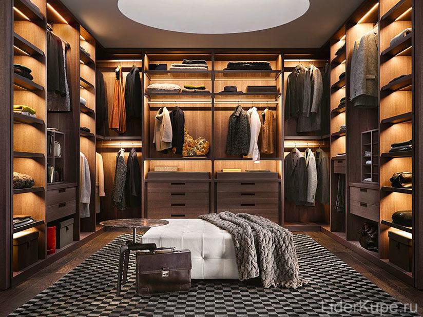 Тёмная гардеробная комната с подсветкой