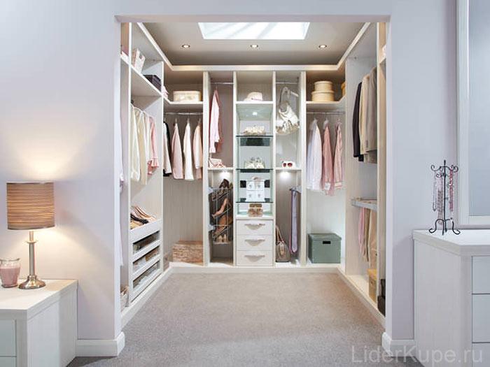 Белая гардеробная комната